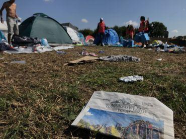 En plus du matériel abandonné, de nombreux déchets jonchent le sol du camping.