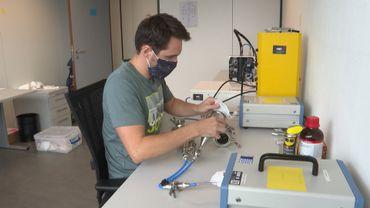 Le laboratoire HeX utilise un banc d'essai pour tester les filtres des masques