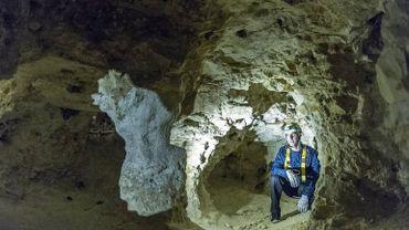 Descendre dans les minières néolithiques en compagnie d'un guide