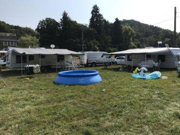 Les enfants ne jouent pas dans la rivière, mais dans des piscines gonflables