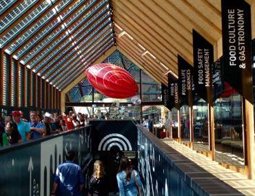 Les panneaux photovoltaiques sont incorporés au vitrage de la toiture et produisent l'électricité nécessaire à la consommation du pavillon
