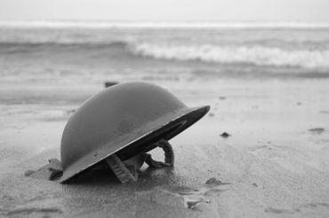 Casque anglais représentant la déroute et l'attente des troupes sur les plages de Dunkerque et de Bray-Dunes.