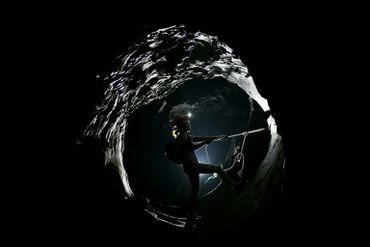 Un visiteur dans la grotte de Son Doong nichée au coeur de la jungle vietnamienne, le 18 janvier 2021.