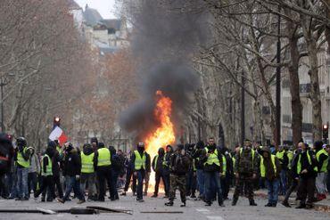 Près des Champs-Élysées, un feu allumé par les gilets jaunes.