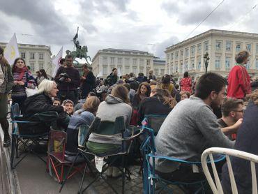 Assis sur des chaises, les activistes débattent sur les questions du climat.
