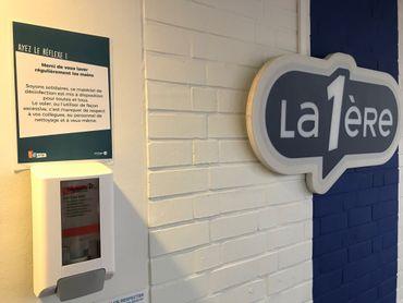Des distributeurs de gel hydroalcoolique ont été installés devant l'entrée de chaque studio. Des studios qui font l'objet d'une désinfection régulière par le personnel d'entretien.