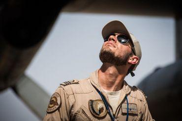 """""""Deevit"""" pilote du C130 inspecte l'avion avant le décollage"""