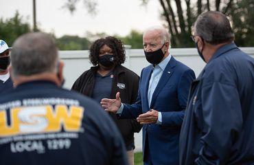 """Andrea Hunter, présidente du syndicat """"United Steelworkers"""" de River Rouge, aux côtés de Joe Biden."""