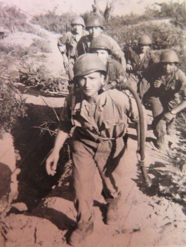 Deckers, son lance-flammes sur le dos, était l'un des hommes d'Edmond Cordier. Il n'est pas revenu de Corée.