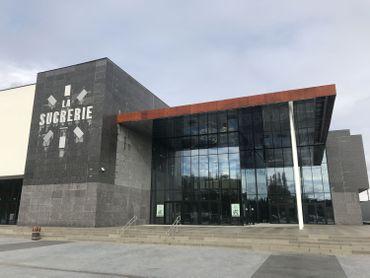 La Sucrerie, un vaste bâtiment cubique, nouveau lieu de la vie culturelle, associative et économique de la ville de Wavre.