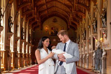 Le « Royal baby » de Meghan et Harry fait sa première apparition publique (photos et vidéo)