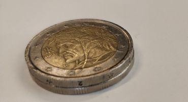 Au dessus, la pièce de deux euros. En dessous, la pièce thaïlandaise. Le diamètre est rigoureusement identique.