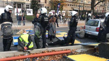 Gilets jaunes à Bruxelles: voitures incendiées, jets de pierre à Arts-Loi (photos et vidéos)