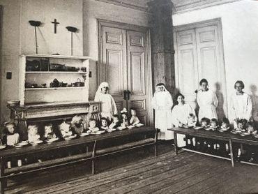 Le repas des enfants recueillis à Notre Abri entre les deux guerres