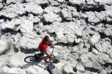La couche de glace permet à quelques-uns de découvrir de nouvelles disciplines sportives...