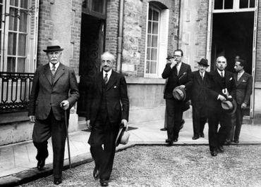 Philippe Pétain sortant du conseil des ministres, à Vichy, le 12 août 1941