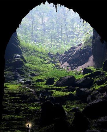 Le 18 janvier 2021, des visiteurs dans la grotte de Son Doong au Vietnam, qui s'élève par endroits à 200 mètres de haut.