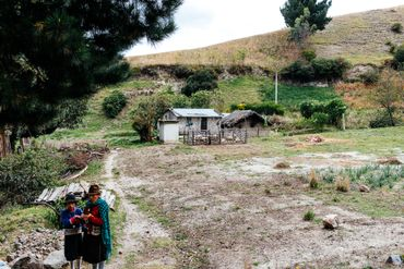 Une petite maison, des animaux et quelques prairies, la vie modeste de ces peuples andins.