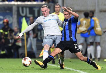 Timothy Castagne et Wayne Rooney au duel