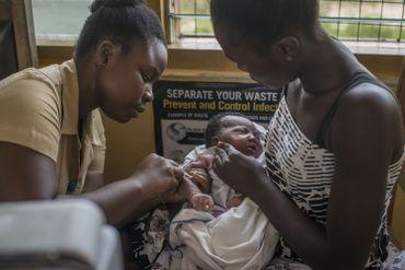 Vaccination d'un nourrisson au Ghana