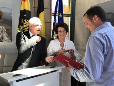 Thibaut De Zutter, l'un des cheminots, recevant sa distinction des mains du gouverneur et de la bourgmestre