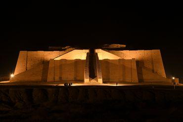 Le temple de la Grande Ziggourat dans l'ancienne ville d'Ur est illuminé, avant la visite du pape François en Irak, dans la province méridionale de Dhi Qar, à environ 375 kilomètres au sud-est de la capitale Bagdad, le 3 mars 2021.