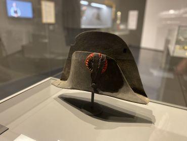 L'exposition présente un bicorne porté par Napoléon en 1815, rarissime.