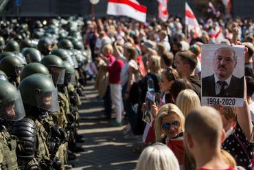 Les forces de l'ordre face à des milliers de manifestants à Minsk, le 30 août 2020.