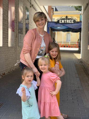 Fanny Jandrain et ses trois filles devant la Maison de la Marionnette à Tournai !