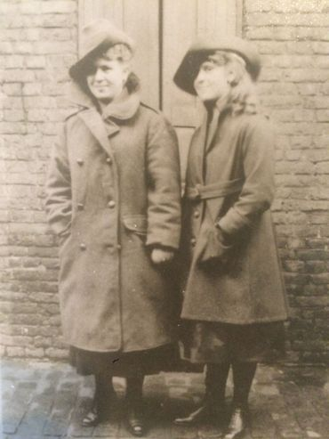 """Les deux soeurs Gheur portant le """"great coat"""" et coiffées du """"slouch hat"""" des soldats australiens"""
