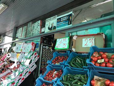 Le salut du Président turc Recep Tayyip Erdogan, entre les étals de légumes