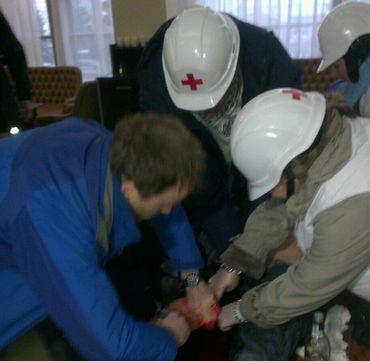 Des blessés soignés dans le hall de l'hôtel Ukraïna