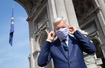 Didier Reynders, commissaire européen à la Justice, devant le drapeau européen placé au Cinquantenaire, ce 09 mai à Bruxelles