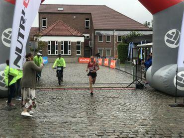 Xavier, le vainqueur du semi-marathon, franchit la ligne d'arrivée à Ramillies.