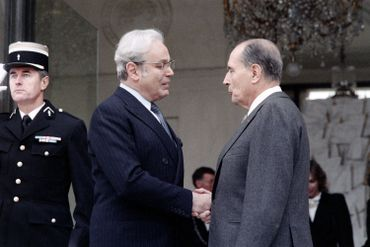 Monsieur Perez de Cuellar et François Mitterrand à l'Elysée en 1987