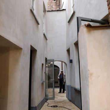 Derrière l'estaminet du théâtre, deux petites maisons viennent d'être rénovées pour accueillir les extensions du théâtre de Toone