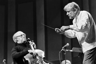 Le Russe Rostropovitch et l'Américain Bernstein au théâtre des Champs-Elysées à Paris, le 8 novembre 1976