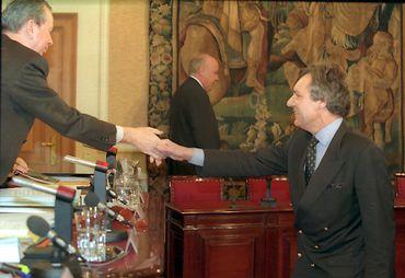 L'ambassadeur de Belgique au Rwanda Johan Swinnen (à droite) accueilli par Frank Swaelen avant d'être entendu par la commission spéciale Rwanda en 1997.