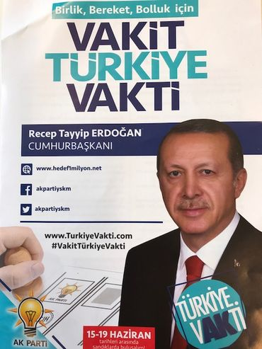Sur le comptoir d'un snack, des tracts appelant à voter AKP