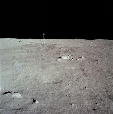 Accrochée au module lunaire, la caméra a été posée sur son trépied par Neil Armstrong après l'atterrissage.
