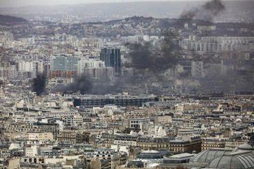 Une épaisse fumée noire s'élève au-dessus de Paris.
