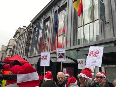 Certains manifestants sont affublés de bonnets de Noël