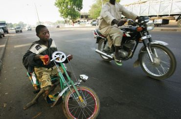 Au Nigeria, nombreux sont les jeunes victimes de polio ayant recours à des moyens de locomotion fait maison afin d'avoir une mobilité minimale.