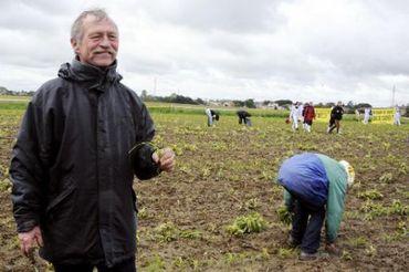 L'eurodéputé José Bové s'est fait une spécialité de l'arrachage des OGM, comme ici à Roquettes, en France, le 2 mai 2014