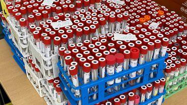 Submergé par l'afflux de tests covid, le laboratoire namurois Luc Olivier n'accepte plus de tests pendant une semaine