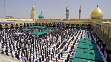 Les Irakiens assistent à la prière du vendredi pour la première fois depuis que les restrictions ont été imposées en raison de la pandémie de COVID-19, à la mosquée Kufa affiliée au mouvement sadristique, dans la ville sainte du centre de Najaf, le 11 septembre 2020.