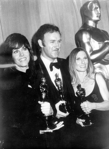 Cloris Leachman (droite) tient son Oscar, aux côtés de Gene Hackman et Jane Fonda, autres gagnants de cette année-là.
