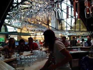 Le bar à bières ne désemplit pas, c'est l'un des pôles de convivialité du pavillon