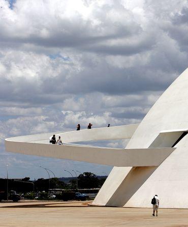 La rampe d'accès du Musée National de Brasilia dessiné par Oscar Niemeyer, inaugurée en 2007
