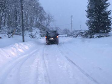 La vue typique tout l'hiver sur les routes pour les automobilistes autour de Kutchan